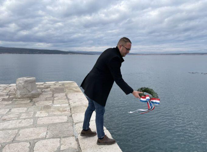 Ravnatelj mario Kružić polaže vijenac u more